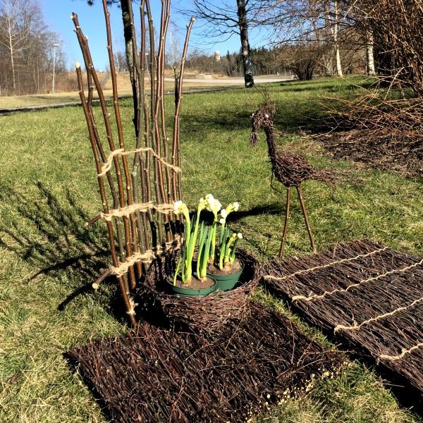 Risu taipuu moneksi. Ylijäämäkepeistä voi tehdä vaikka tuen puutarhan köynnöskasveille.