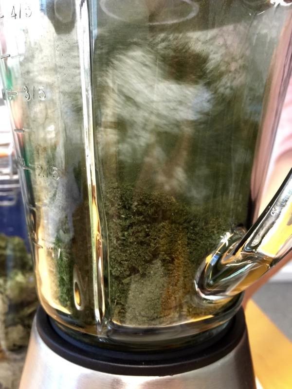 Viherjauheen teko blenderissä