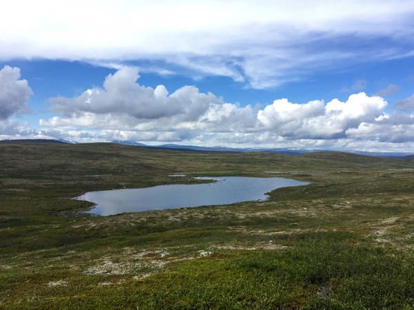 Näkymiä Roavvoaivin rinteeltä Norjan lumihuippuisille vuorille saakka.